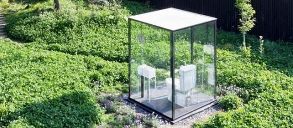 transparant toilet in de tuin