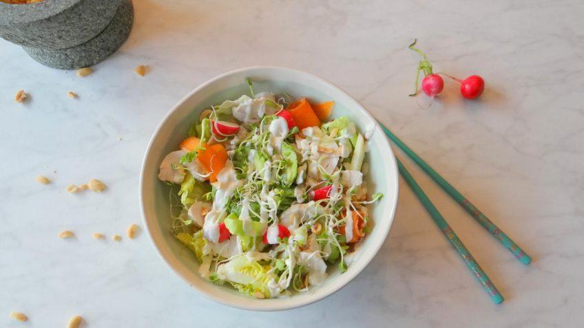 Aziatische kipsalade in een bowl met Wasabi dressing