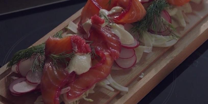 Zalmfilet gemarineerd in Smooth Wasabi Gin en rode biet met salade van venkel, radijs en verse wasabi