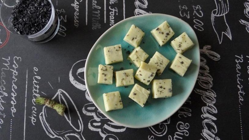 Witte chocoladefudge met verse wasabi en zwart zout