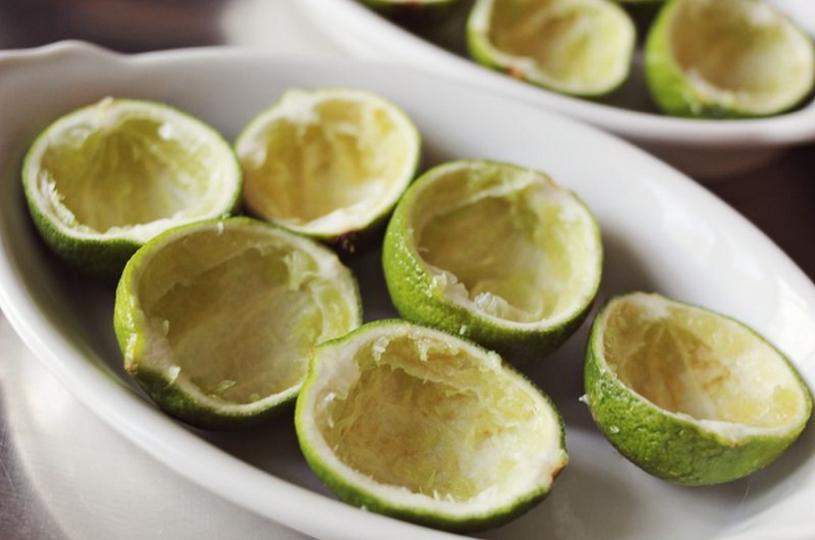 Snijd de limoen in 2 delen, voordat je serveert snijd je de limoen in partjes