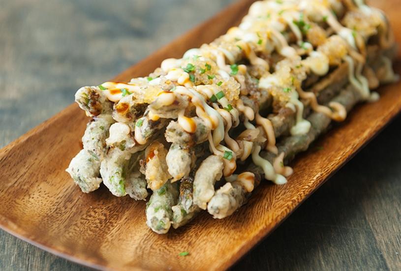 Japanse stijl asperges-frites met Wasabi-mayonaise, Unagi, tobiko en lente ui