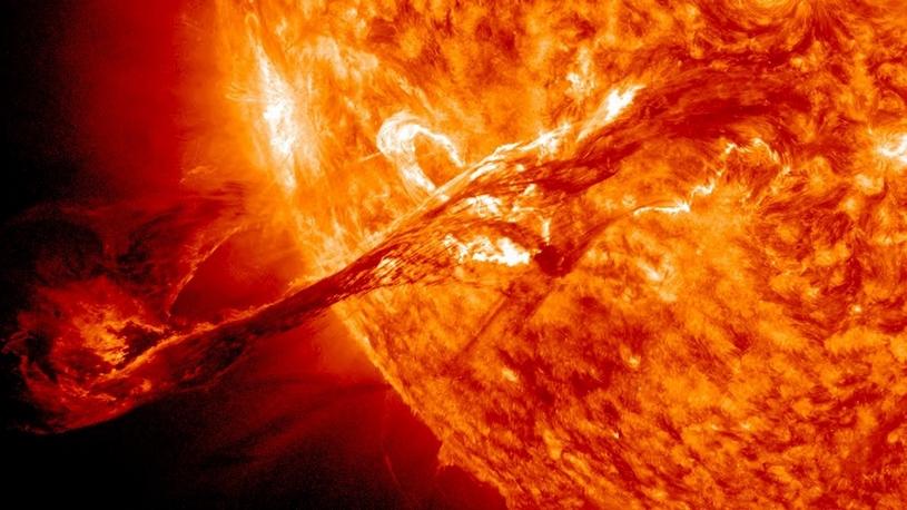 Zonnewind beinvloed de magnetosfeer en de ionosfeer om de aarde