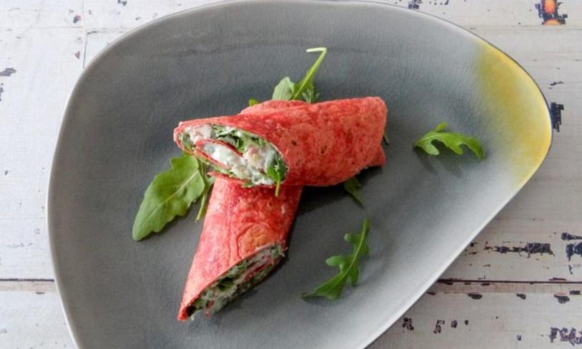 Bieten tortilla wrap met zelfgemaakte heksenkaas, Wasabi en gerookte forel