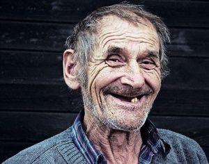 glimlach van een oude man
