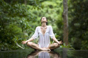 vrouw mediteert buiten