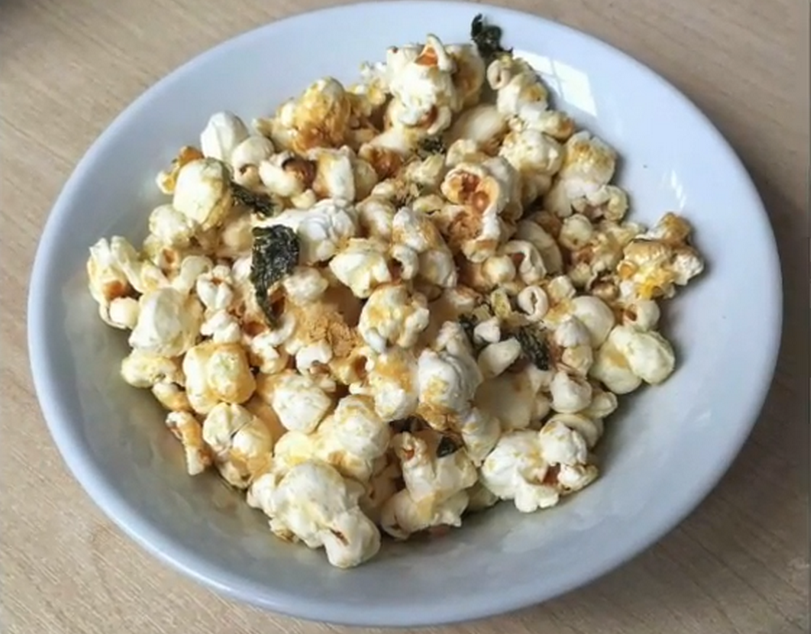 wasabi popcorn met kokos en nori flakes