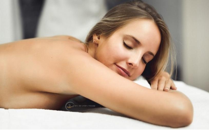 jonge vrouw geniet van andersdanandersmassage