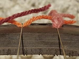 Het karakteristieke geluid van de Tanpura instaat doordat de snaar mag stuiteren op de gekromde brug