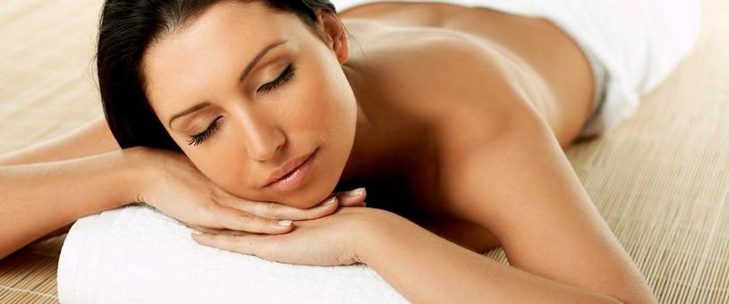 jonge vrouw geniet van weldadige massage